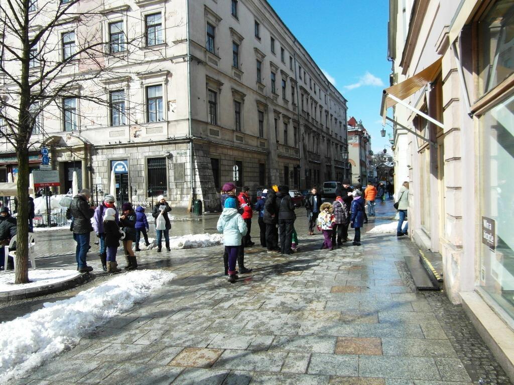 Uczestnicy gry miejskiej przed jedną z kamienic przy Rynku Głównym