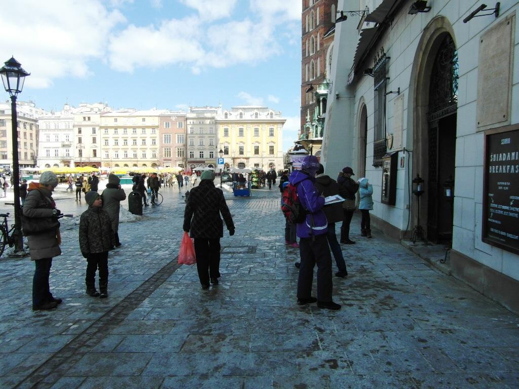 Gra miejska w Krakowie - w trakcie sprawdzania treści pewnej tablicy