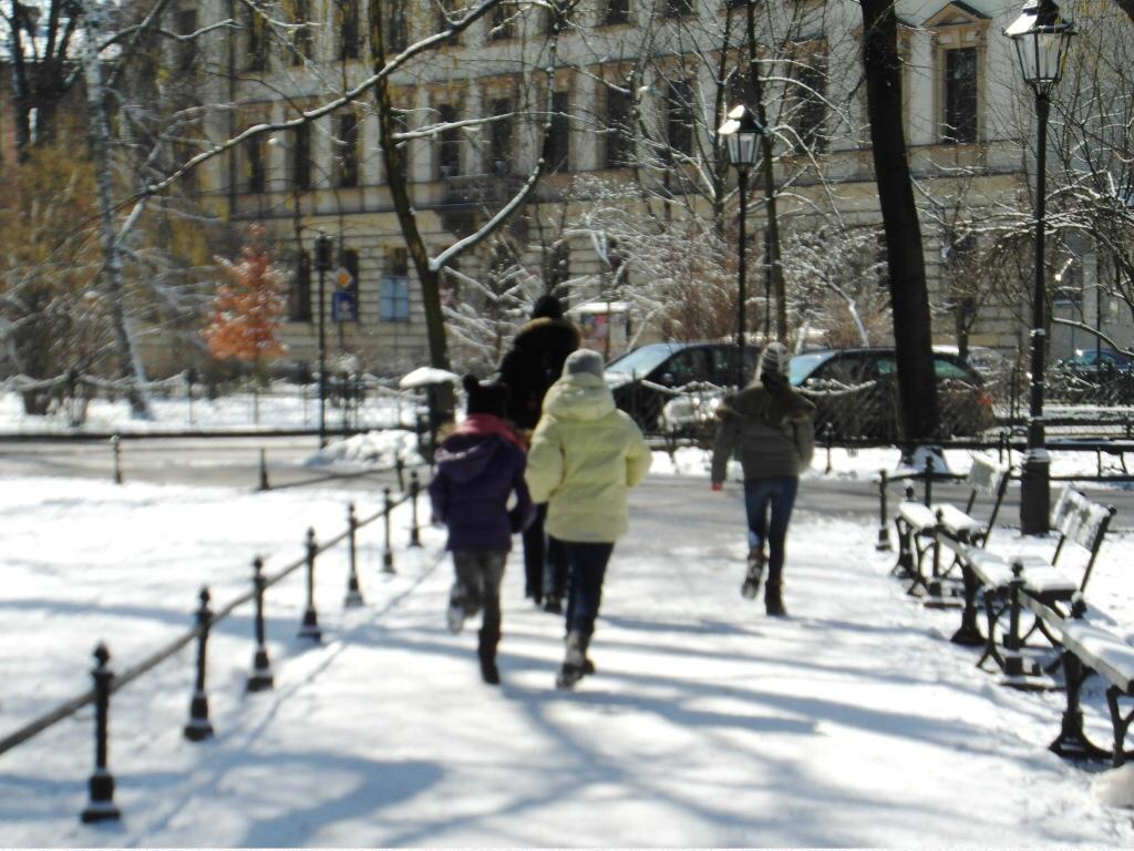 Gra miejska Kraków - uczestnicy biegną do punktu
