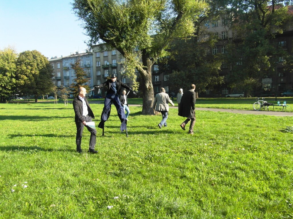 Szczudlarz na krakowskiej City Game